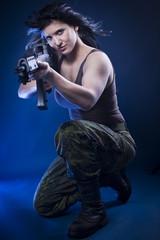 Soldatin mit Gewehr in der Hand  zielt auf etwas