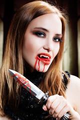 Vampir mit blutgetränktem Messer