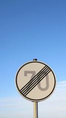 verkehrsschild - geschwindigkeitsbegrenzung aufgehoben - siebzig
