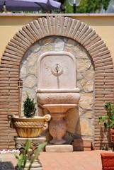 Fontana in muratura in giardino
