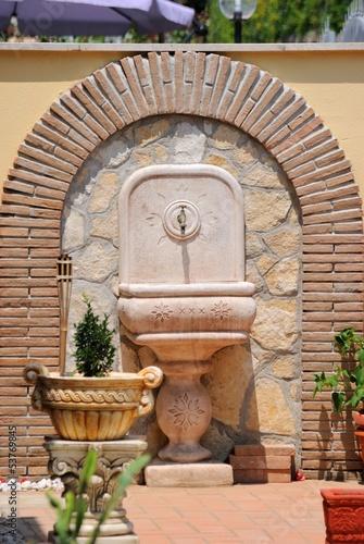 Leinwanddruck Bild Fontana in muratura in giardino