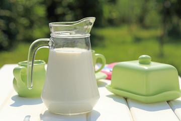 latte su taolo bianco per colazione con sfondo naturale