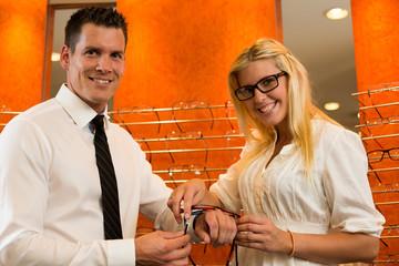 Optiker verkauft Kundin Brille