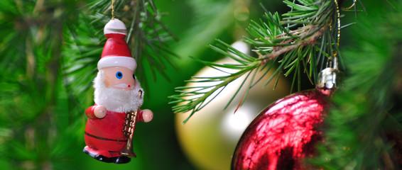 Père Noël et deux boules dans un sapin