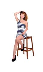 красивая девушка в коротком  плосатом платьи, летняя мода
