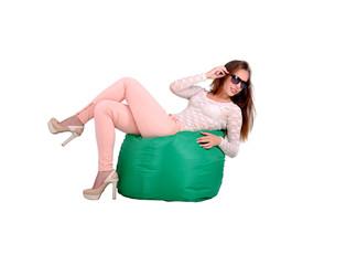 девушка лежит на зелёном  пуфе, отдых