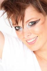 schöne, junge Frau lächelt in die Kamera