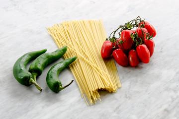 spaghetti, pomodori, peperoncini