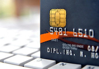 Kreditkarte auf Laptop Tastatur