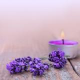 Fototapety Lavendelblüten und Duftkerze
