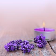 Lavendelblüten und Duftkerze