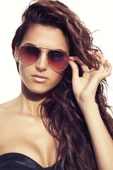 Joven sexy con gafas de sol