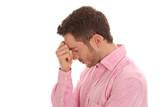 Mann verzweifelt - Gesicht isoliert - rosarotes Hemd