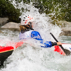 spruzzi d'acqua in canoa