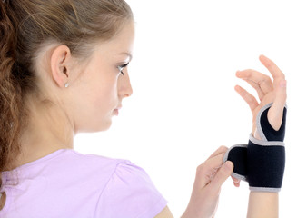 Junge Frau legt Hand-Bandage an