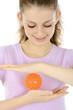 Teenager trainiert mit Igelball