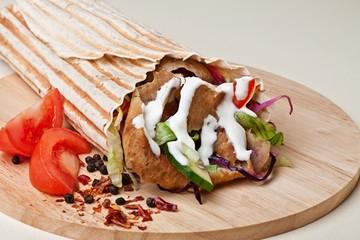 kebab w tortilli z warzywami