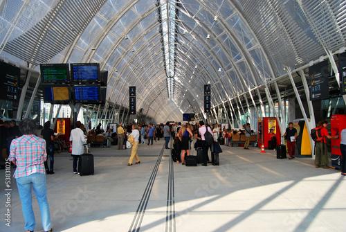 Papiers peints Gares Halle de gare ferroviaire moderne