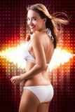 attraktive junge Frau im Bikini vor Lichterhintergrund