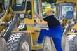Bauarbeiter an einer Arbeitsmaschine