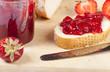 Erdbeermarmelade auf frischem Weißbrot