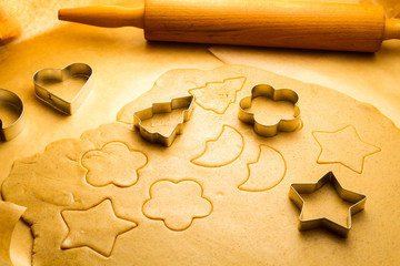 Cutting Christmas cookies made ​​of gingerbread