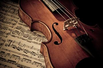 Geige mit Notenblatt © GIBLEHO