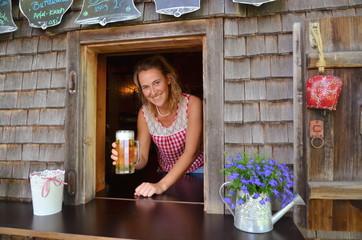 Bier auf der Alpe von junger Wirtin