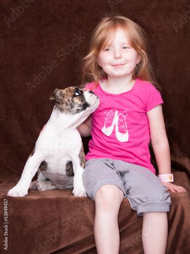 kleines Mädchen mit Hundewelpen