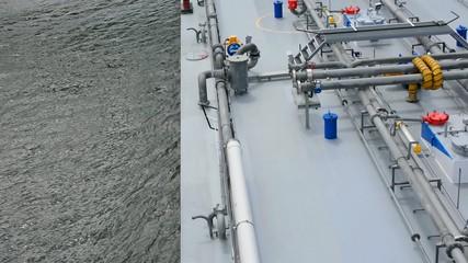 Kanaldurchfahrt eines Binnenschiffes