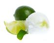 Eine Kugel Limoneneis mit Limone und Blatt