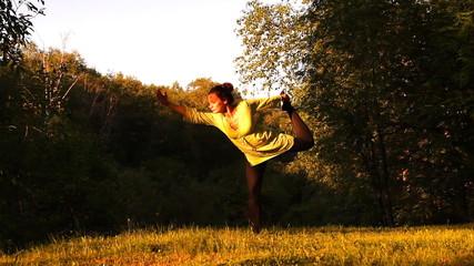 девушка делает упражнения (йога) на природе