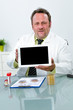 freundlicher chemiker präsentiert tablet