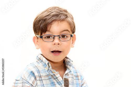 Junge mit Brille