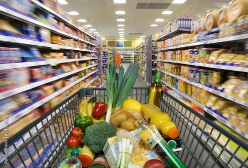 canvas print picture Einkaufswagen mit Lebensmitteln  im Supermarkt