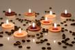 Kerzen und Kaffeebohnen