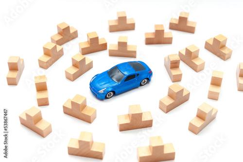 大量の積み木と青い車