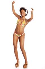 junge, attraktive schwarze frau mit Kopfhörer tanzt im Bikini