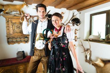 Jäger und Frau in einer Jagdhütte in den Alpen