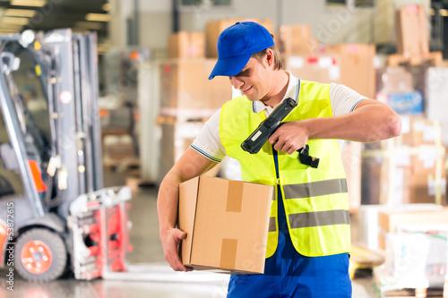 Lagerist von Spedition scannt Paket in einem Lager - 53872615