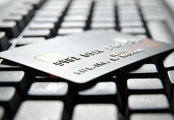 Kreditkarte auf schwarzer Computer Tastatur