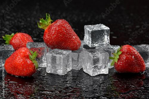 Truskawki z lodem © CUKMEN