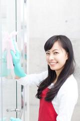 ガラス掃除をする女性