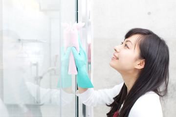 ガラスを拭く女性