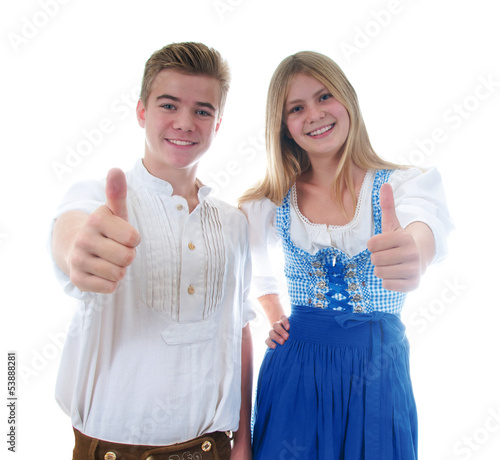 Junge und und Mädchen in Tracht mit Daumen hoch