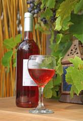 bouteille et verre de vin, vigne et casier en bois