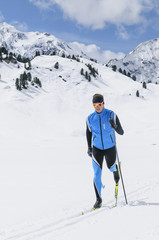 Langläufer im Gebirge