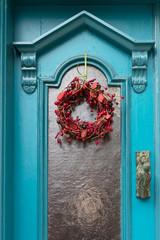 Antike Tür mit rotem Schmuck