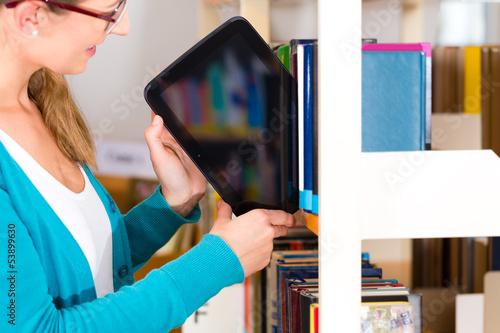 Mädchen in Bibliothek mit Tablet Computer