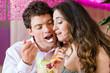 Junges Paar in einem Cafe isst Eis im Becher
